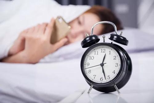 经常熬夜的危害?敏感肌熬夜最毁皮肤,心是不是很痛