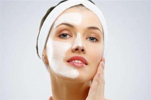 """皮肤起红疹,听说药膏非常好用,涂上以后立刻就好了,然后你就被药膏所支配——隔三差五就要涂,在不知不觉中变成敏感肌肤! 虽然停用了,可是如何解决皮肤经常性敏感的问题?我们需要从源头找原因。 敏感肌的形成是由于皮肤细胞受损而使皮肤的免疫力下降,角质层变薄导致皮肤滋润度不够。 最终肌肤的屏障功能过于薄弱,无法抵御外界刺激,紧随着皮肤的神经纤维,经常受到外界刺激而过于亢奋。 1111111111111111111111 健康的皮肤屏障结构,应该具备以下特点: 1)肌肤长时间保持水润 2)肌肤能抵御外界侵害 3)肌肤光泽有弹性 受损皮肤屏障结构,则是: 1)肌肤水分过多蒸发 2)肌肤受到细菌、化学物质侵入 3)肌肤暗沉,自我保护能力被削减 敏感肌如何护理? 1、肌肤补水与保湿 补水保湿对于敏感性皮肤来说比较重要,肤质太敏感容易遭受周边天气变化和季节变化,以及环境变迁的影响。进行相应的补水保湿处理可以防止皮肤的水分流失,在皮肤表面形成一层保护薄膜。 2、温和洁面,避免伤害角质层 对于敏感肌来说,肌肤十分脆弱,所以在洗面奶和护肤品上的选择一定要慎重。敏感肌本来角质层薄弱,蓄水能力就比较差,如果再用去油效果强力的洗面奶,不仅会带走肌肤的油分也会同时带走水分。 尽量减少洁面次数(每天不超过两次),洗脸时避免使用热水,使用温水洁面。选择温和的洗面奶,要尽量选择柔和的洗面奶如氨基酸类洗面奶,不使用磨砂膏,果酸等会损伤角质层的产品。 3、少化妆 尽量不要化妆,再好的卸妆液都会损伤皮肤屏障。 222222222222222222222222 4、避免使用激素产品 激素会抑制皮肤的新陈代谢,用的时间长了,皮肤会越来越薄,变的越来越敏感。 5、随身携带保湿喷雾 敏感的发生并不是随时都有预兆的,所以如果突发敏感,一瓶保湿镇静的喷雾就成了你的""""急救""""好伙伴了。 遇到突发敏感就迅速拿出来喷几下,对肌肤有镇静舒缓效果,可以缓解干涩发痒的症状。 6、注重防晒 紫外线是造成肌肤敏感的一大""""热血杀手"""",敏感肌相对于正常肌肤耐受力较差,对紫外线的防御力更是脆弱。 在出门前30分钟一定要涂抹防晒霜来保护皮肤,此外,墨镜、帽子、太阳镜等也是加强防晒的好选择。 选择护肤时,先看是否有酒精、是否含角鲨烷、神经酰胺等成分,首选温和、保湿、修复为主。"""