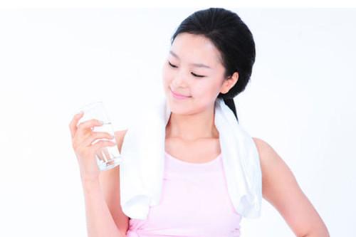 多喝水真的能变漂亮,可以改善皮肤问题?女性肌肤护理知识
