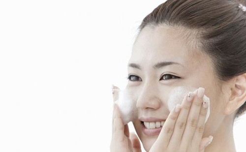 现在逛商场的时候,经常能看到做工精美的手工皂。 看到这么好看的东西,第一个想法自然是买回家试试看,看起来应该挺不错的。 那么敏感肌肤可以使用手工皂洗脸么?各类宣传上的广告语是不是让大家心动不已。 建议敏感肌的小伙伴,大家尽量不要尝试,尤其是干敏皮的人。 111111111111111 无论多温和、健康的手工皂,它的制作原理都是油脂+碱,生成皂和甘油。 尽管市面上还是有PH值趋近于绝弱酸性的温和手工皂,但仍改变不了它是皂基的事实。 健康皮肤使用起来没有负担,油敏皮也许能尝试一下,毕竟它的控油清洁能力比较好,但也要看看皮肤能不能耐受住。 至于干敏皮就算了,本来就没什么油脂,皮肤干燥的能引起各类皮肤问题,是想烂脸么? 总体来说小编是不建议敏感肌使用的,既然皮肤屏障受损了,问什么不老老实实的做基础护肤?非要作! 手工皂的制作原理是简单的,但毕竟这是科学反应的过程,各种原料的配比、原料之间的反应、制作时间、温度、环境等等,都不是简单的事情。 要做好一块好皂,不仅仅需要皂师多年的经验和能力,科学的原料计算和科学的制作过程也是必要条件。 22222222222222222222 可怕的不止以上说的这些,还有一个问题,小伙伴们知不知道手工皂制作当中有一个熟化的过程? 制作出来的手工皂需要静置一段时间,一般好的皂要几个月不等,因为皂是固态的,碱粒与它的接触面积有限,内部碱粒没有完全产生皂化反应。 这就要小心了,产品的不安全性会伤害皮肤,皮肤问题会更加严重。 至于手工皂里面加的什么精油、玫瑰花、牛奶...... 想问问科学依据在哪里呢?商家只是把东西放进去而已,个人感觉是为了吸引人。 况且洁面时间只有短短的几十秒,你能期望在这十几秒的过程中美白、淡斑、祛痘? 太天真了! 所以这里建议敏感肌小伙伴们,不要别骗了,老老实实的做基础护理吧。