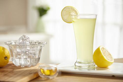 柠檬汁可以美白肌肤,为何敏感肌的人喝了会长斑呢?